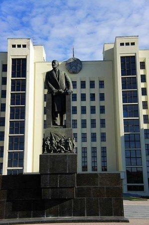 Independence Square, Minsk: памятник Ленину перед Домом Правительства