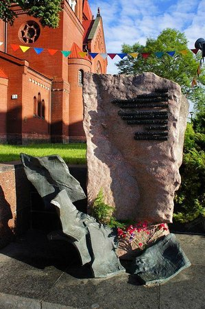 Independence Square, Minsk: памятник Омельянюку - первому редактору подпольной газеты Звязда