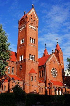 Independence Square, Minsk: знаменитый Красный костел, официально - костел Святых Симеона и Елены