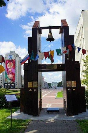 Independence Square, Minsk: колокол Нагасаки - напоминание о жертвах ядерных катастроф