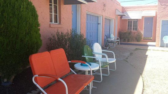 Blue Swallow Motel: Outdoor seating