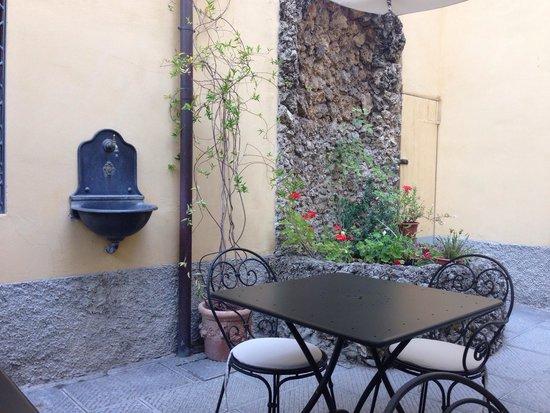 Residenza Il Villino B&B: Outside courtyard!