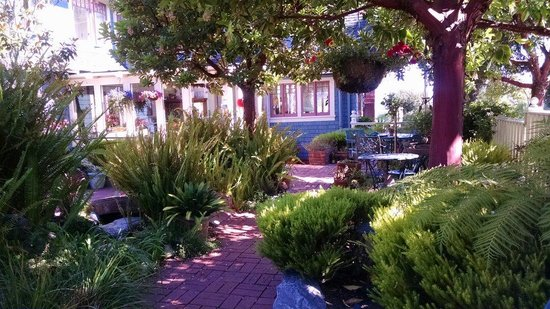 The Old St. Angela Inn: Relaxing gardens at Old St Angela's Inn.  Perfect for breakfast, the wine reception or just read