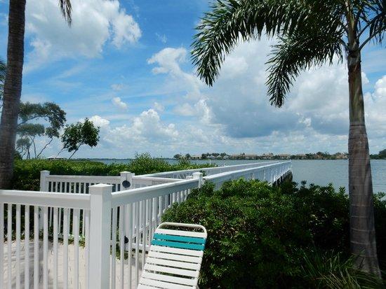 Tradewinds Beach Resort: Deck walkway at rear of hotel