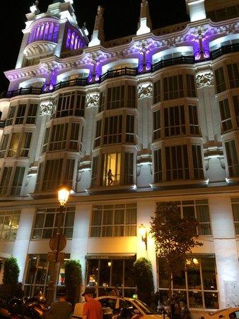 ME Madrid Reina Victoria : Mi mujer asomada al balcón. Je je