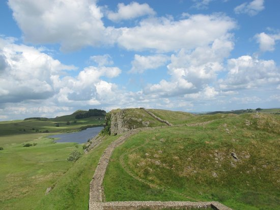 Hadrian's Wall: Long view of the wall which used to be 15-20 feet tall.