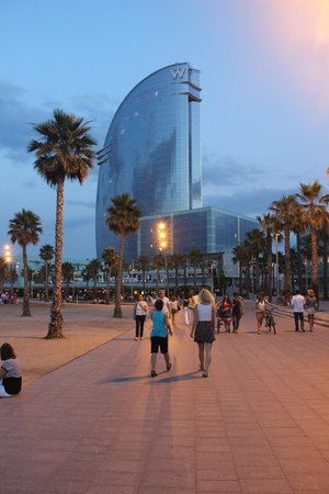 W Barcelona : Отель вечером очень красив