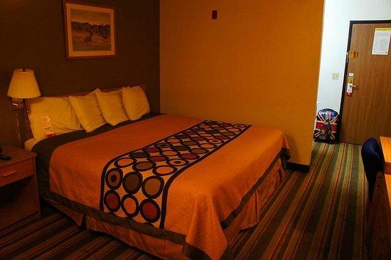 Super 8 Las Vegas Strip Area at Ellis Island Casino: номер с кроватью king-size