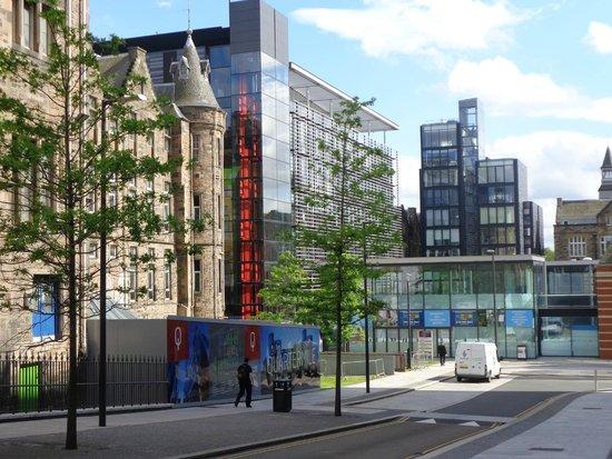 Scotia Grand Residence - Quartermile Apartments: imagem que revela o belo contraste do velho e do novo em Edimburgo. Os prédios modernos são do h