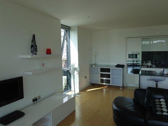 Scotia Grand Residence - Quartermile Apartments: detalhe da janela lateral na ampla sala/copa/cozinha