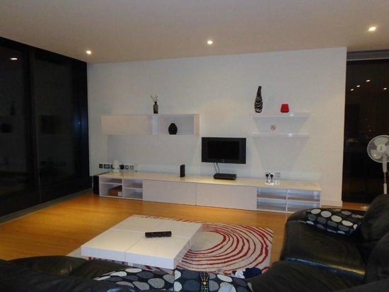 Scotia Grand Residence - Quartermile Apartments: imagens da sala onde está uma pequena e única TV do ótimo apartamento