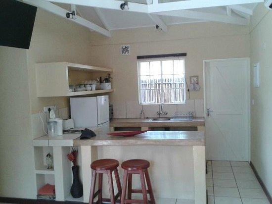 Chobe River Cottages: Kitchen