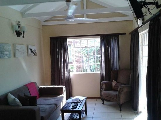 Chobe River Cottages: Living room
