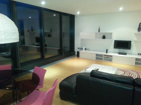 Scotia Grand Residence - Quartermile Apartments: portas da varanda na sala com ótima visão da cidade