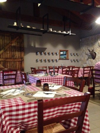 Colazza, Italia: La sala rinnovata da Cannavacciulo: peccato per i vasi vuoti :(