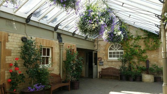 Cotswold Wildlife Park and Gardens: By the reptile house