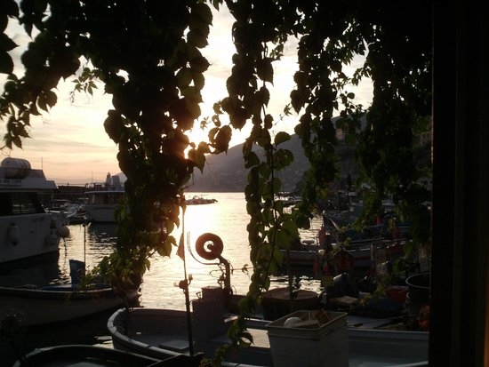 Fatamorgana - American Bar: Sitting outside under the trellis and enjoying the beautiful sunset