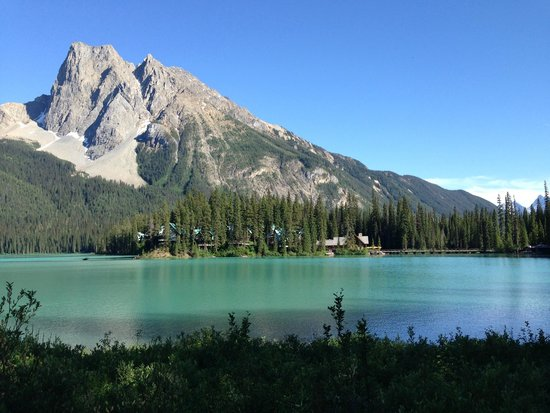 Emerald Lake Lodge: Lodge from across Emerald Lake