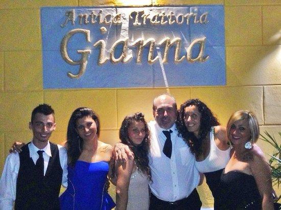 Antica trattoria Gianna: Giacomo e Daniele con delle belle clienti!!