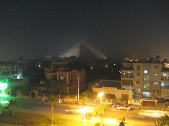 Tiba Pyramids Hotel: Night time view