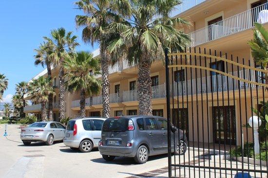 Dioscuri Bay Palace Hotel: Façade et partie du parking