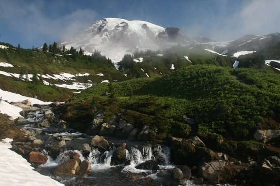 Paradise Inn at Mount Rainier : A short hike before breakfast