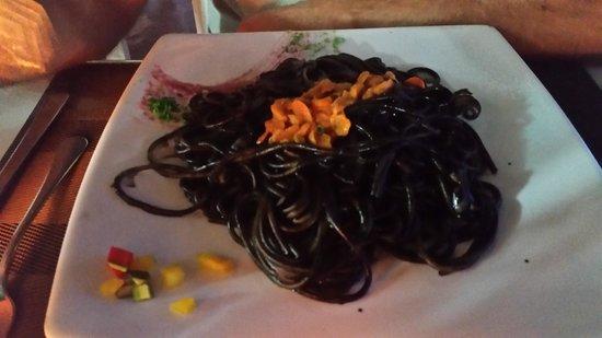 Al Gabbiano : spaghetti al nero di seppia con ricci
