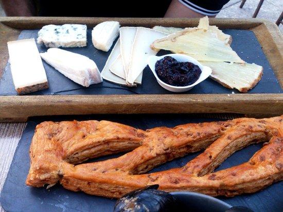 Les Caves de Trinque Fougasse: Planche de fromage et fougasse