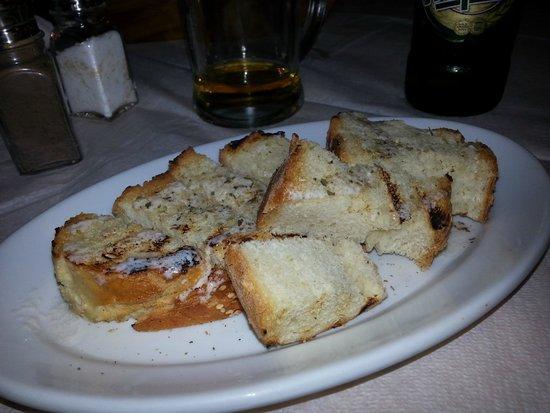Taverna Vassilis: pane grigliato offerto dalla casa condito con una salsetta ottima