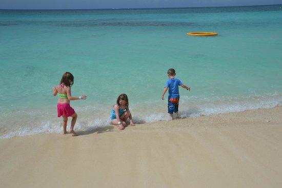 Marriott Grand Cayman Beach Resort : Gorgeous water/beach around noon