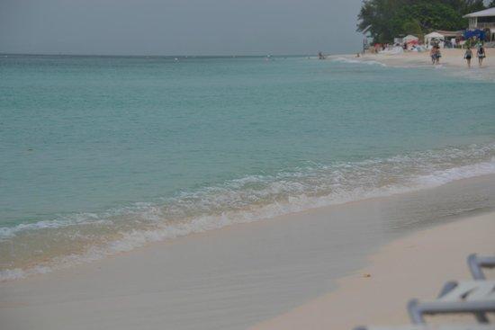 Grand Cayman Marriott Beach Resort: Beach after an afternoon shower