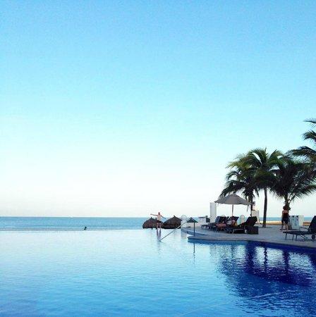 Dreams Villamagna Nuevo Vallarta : early am infinity pool
