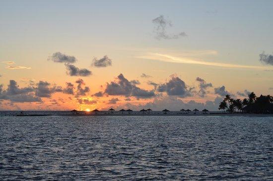 Veligandu Island Resort & Spa: Nice sunset from the bar at Velgandu