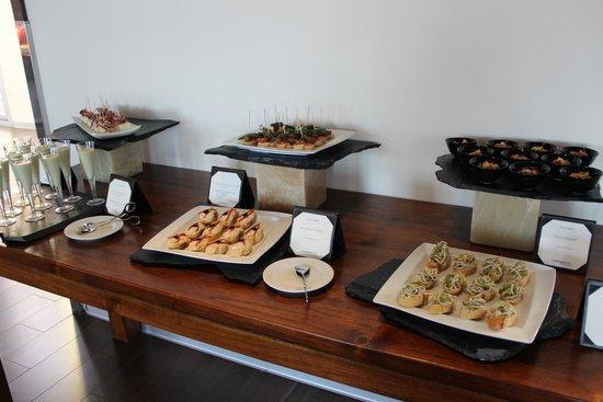 Le Meridien Ra Beach Hotel & Spa : Холодные закуски - бутербродики и канапе