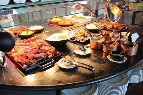 Le Meridien Ra Beach Hotel & Spa: Морепродукты на гриле, а также колбаски и ребрышки, гарнир на ужин