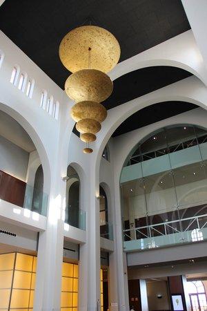 Le Meridien Ra Beach Hotel & Spa: Люстра внутри холла
