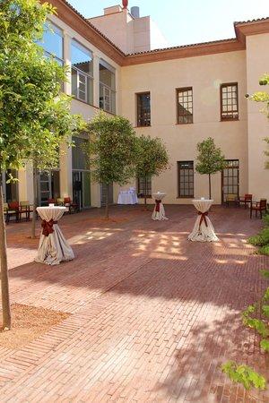 Le Meridien Ra Beach Hotel & Spa: Сад внутри отеля оформляют для свадьбы