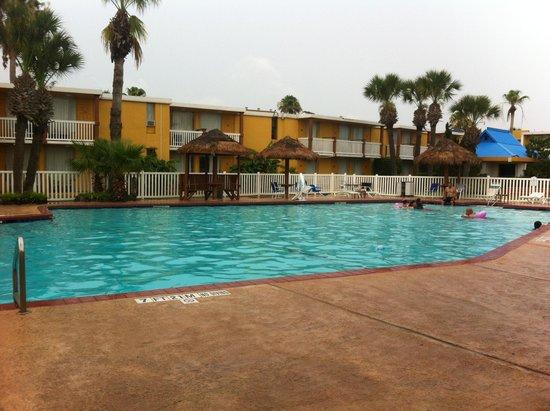 Quality Inn & Suites on the Beach: Pool