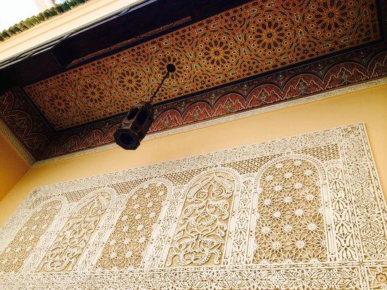 Riad Fes Baraka : Ceiling over pool sitting area