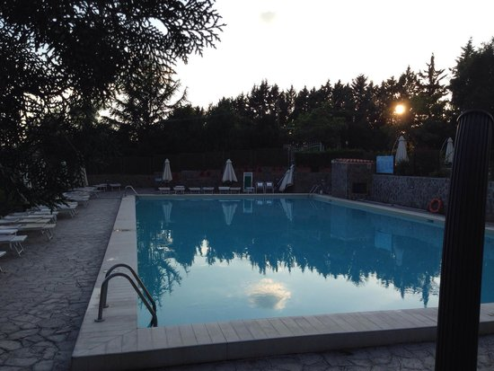 Happy Village & Camping: Evening drinks by the pool.