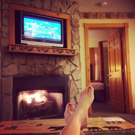 Westgate Smoky Mountain Resort & Spa: Living room area with cozy fire place.