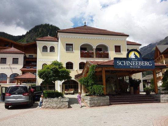 Hotel Schneeberg - Family Resort and Spa : Eingangsbereich des Hauptgebäudes