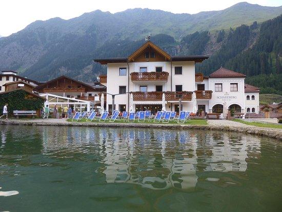 Hotel Schneeberg - Family Resort and Spa : Hauseigener Teich aus der Pedalo-Perspektive