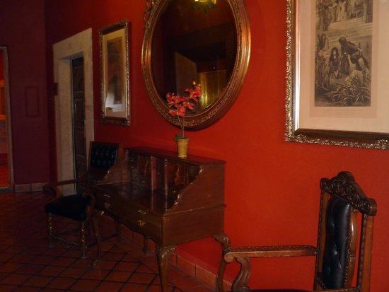 Hotel Virrey de Mendoza : MOBILIARIO COLONIAL