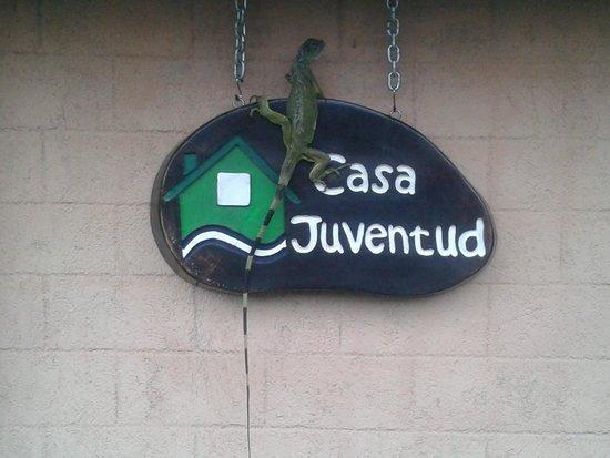 Casa Juventud: Iguana soleandose en el rotulo de la entrada del Salón Central