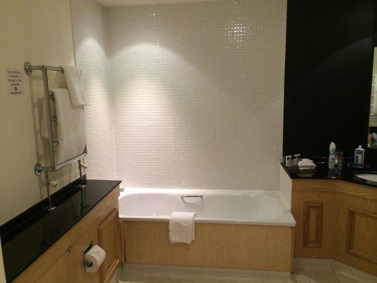 Hallmark Hotel Glasgow: Bathroom with complimentary goodies