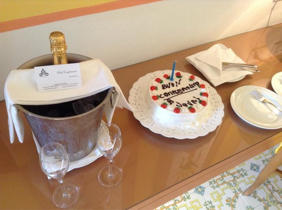 Minerva Hotel: Surprise birthday cake and champagne