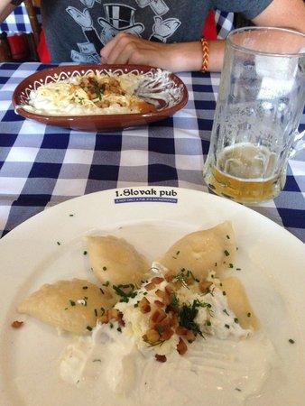 Slovak Pub : Pirohy con formaggio di capra in primo piano ed Halusky sullo sfondo