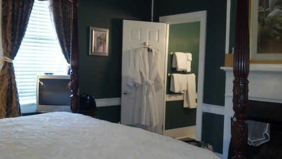 Palmer's Pinckney Inn: room/bath