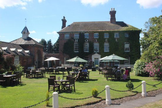 The Mytton and Mermaid Hotel: Spot of lunch on the lawn